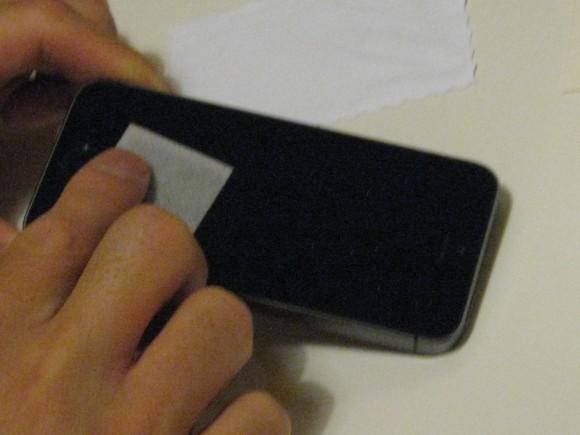 1:「アルコールパッド」で液晶画面の表面を拭き取り
