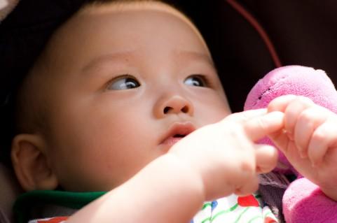 育児ママの苦悩?半数が子供とスマホで遊ぶが7割がスマホ利用には反対
