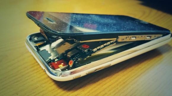パックリ開いたiPhone画像にネット騒然!原因はバッテリーの膨張か
