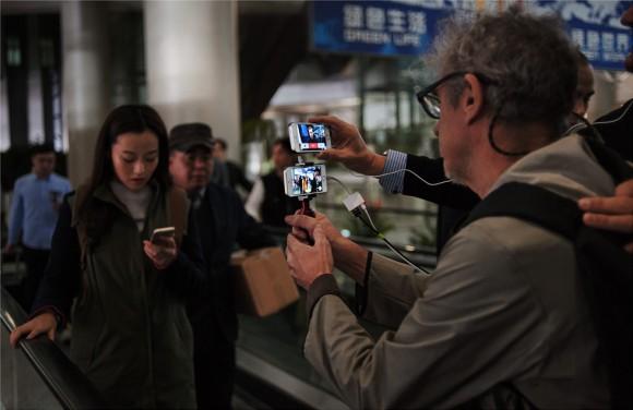 撮影には100台のiPhone 5sを使用。舞台裏も公開
