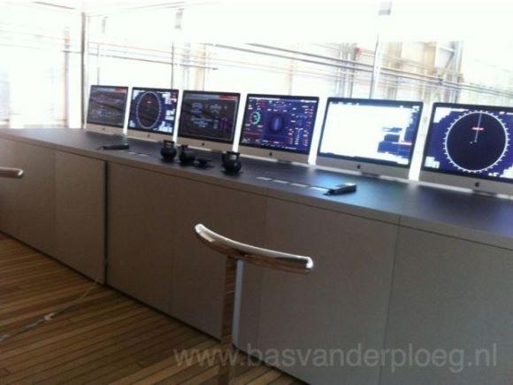 ジョブズ氏の豪華クルーザー、ガラス張りの操縦室にはiMacがズラリ