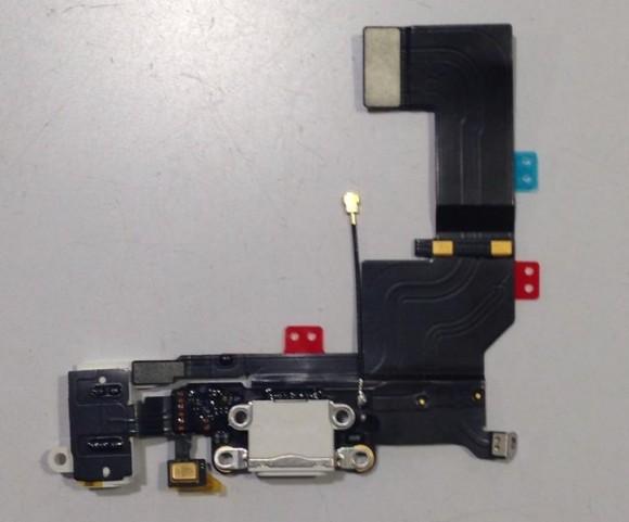 iPhone5sのLightningコネクタを含むケーブル