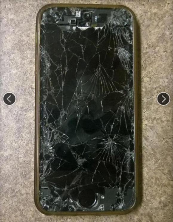 無残に壊れたiPhoneなどスマホたち
