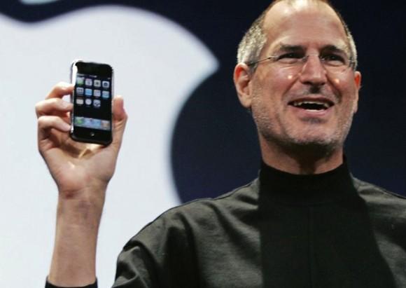 初代iPhoneを手にするジョブズ氏