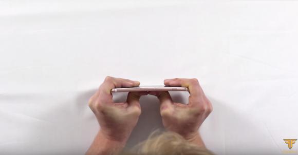 iPhone6s Plus 折り曲げテスト