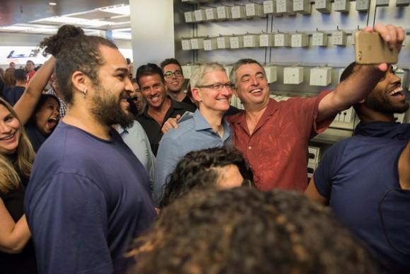 Cook_visit_AppleStore03