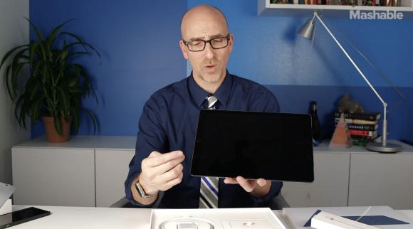 iPad Proを手にするレポーター