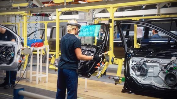 Volvo-Cars-Microsoft-HoloLens-experience_03