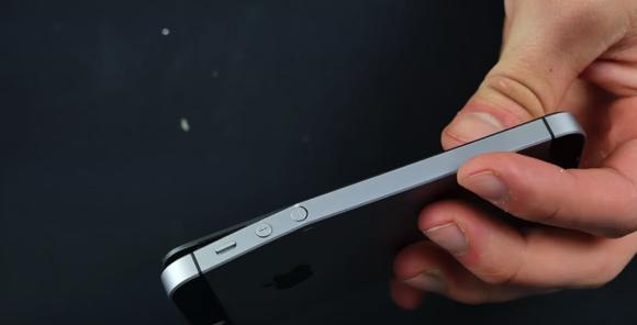 iPhone SE 折り曲げテスト