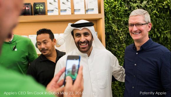 ティム・クックCEO、ドバイのApple Storeを電撃訪問