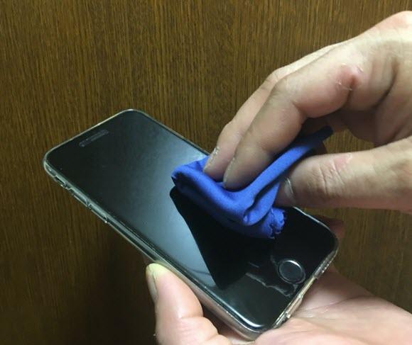 iPhone メンテナンス 布で拭く