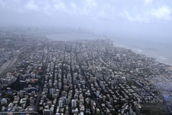 インド ムンバイ https://pixabay.com/ja/ムンバイ-空撮-海の海岸-アラビア海-インド-385295/