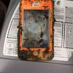 湖底から発見された泥だらけのiPhone4