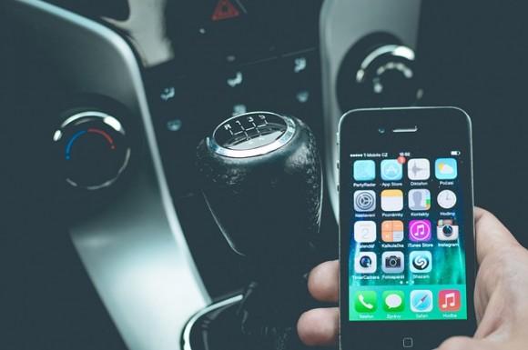 無料画像 https://pixabay.com/ja/スマート-フォン-車-モバイル-電話-車両-技術-携帯電話-人-1285344/