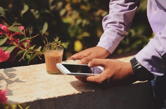 https://pixabay.com/ja/ドリンク-手-男-携帯電話-人-スマート-フォン-1838933/