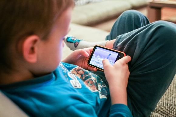 子ども スマートフォン ゲーム picjumbo