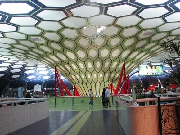 アブダビ空港 https://pixabay.com/ja/空港-アブダビ-アーキテクチャ-装飾-装飾的な-アラブ首長国連邦-205756/