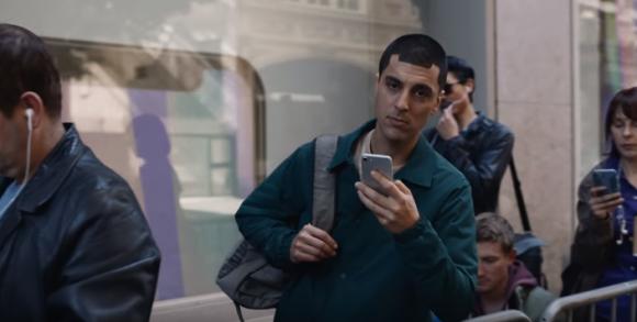 iPhone Xのノッチ風の髪型をした男性