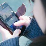 スマートフォン操作する女性