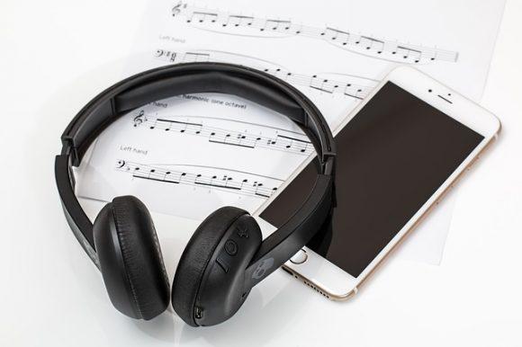 https://pixabay.com/en/headphones-earphones-mobile-phone-2789078/