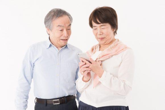 スマホを操作する老夫婦