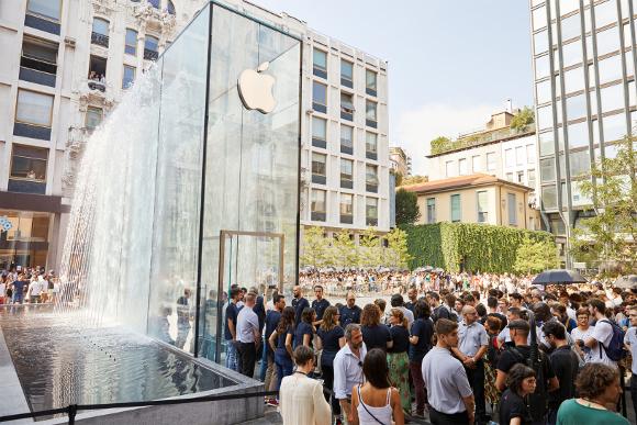 Apple-Milan-Piazza-Libert