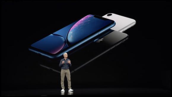 iPhone XRを発表するティム・クックCEO