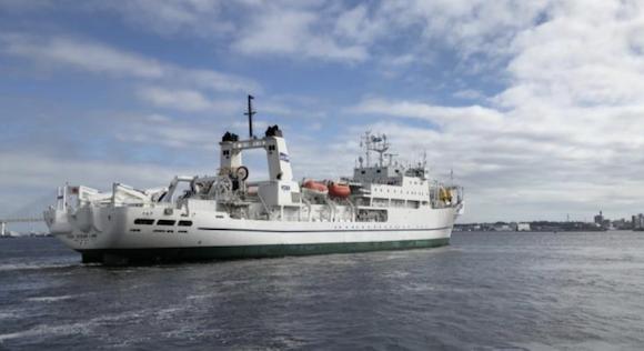 KDDI 船舶型基地局