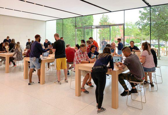 Apple Storeの集会場