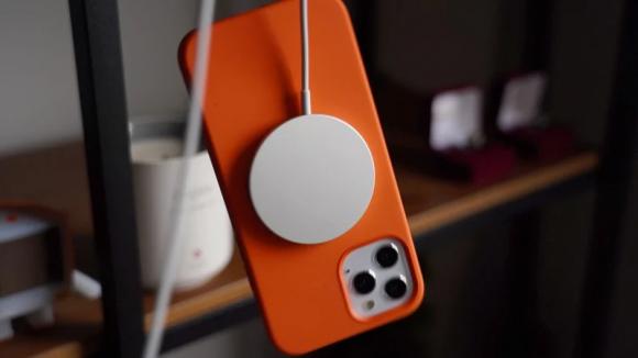 MagSafeをつけたiPhone12の画像