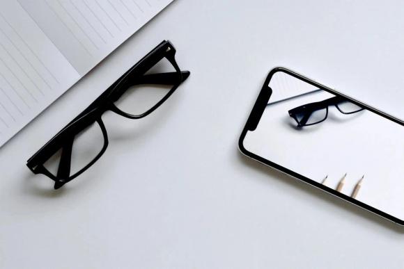 メガネとiPhoneの画像