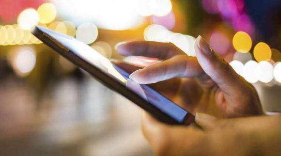 スマートフォンを操作する画像