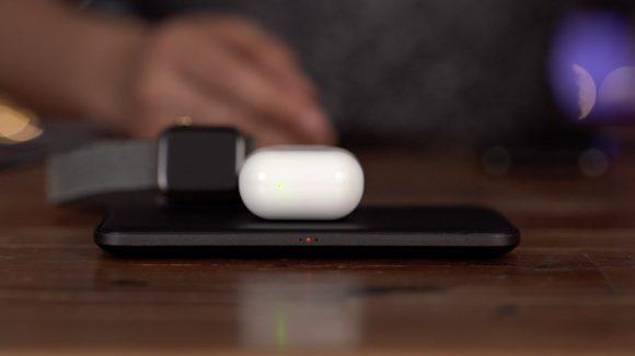 Apple WatchとAirPodsを充電する画像