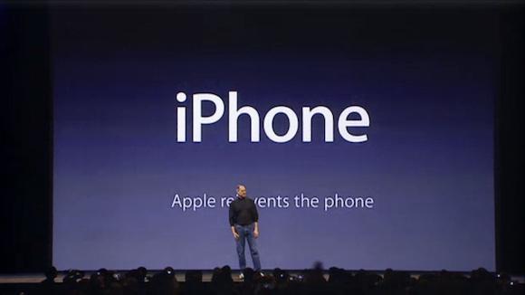 iPhoneを発表するスティーブ・ジョブズ氏