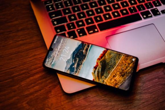 スマートフォンとパソコンの画像