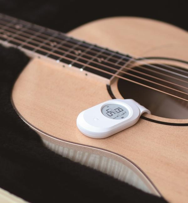 LEE GUITARS Bluetooth温湿度計をギターの取り付けた写真