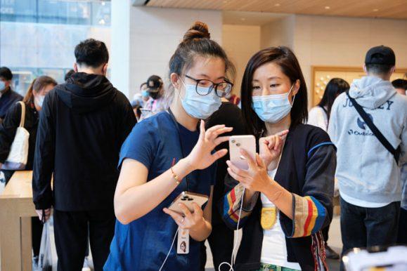 Apple_iPhone-iPad-Availability_Beijing-Team-Member-And-Customer_09242021_big.jpg.medium