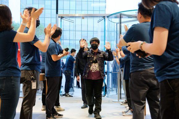 Apple_iPhone-iPad-Availability_Beijing-Team-Members-Applauding_09242021_big.jpg.medium