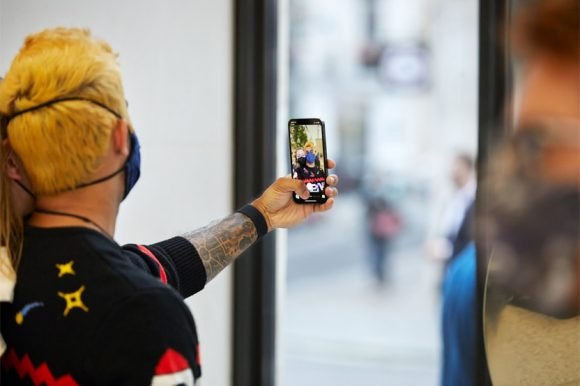 Apple_iPhone-iPad-Availability_London-customer-selfie_09242021_big.jpg.small_2x
