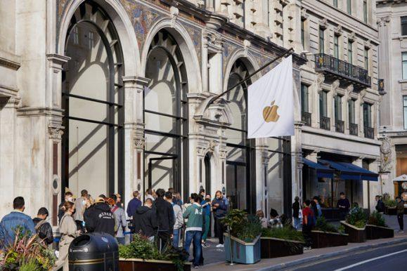 Apple_iPhone-iPad-Availability_London-line-waiting_09242021_big.jpg.medium